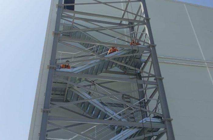 Escalera metálica autoportante 32 m.